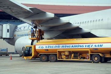 Giá nhiên liệu giảm mạnh nhưng vé máy bay vẫn đắt